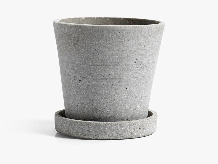 Urtepotterne fra serien Flowerpot har et flot og råt look og med en blød overflade. Moodings giver altid fri fragt på alle ordrer til Danmark.