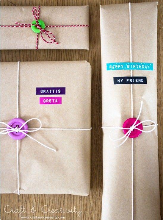Bottoni Chiudipacco http://www.lovediy.it/2014/02/25/bottoni-chiudipacco/ In cerca di un'idea carina per #confezionare il vostro #regalo? Eccone una, semplice e d'effetto; l'originale chiudipacco è realizzato con soli due elementi, un bottone colorato ed...