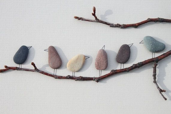 Faire soi-même une décoration avec des cailloux, autres pierres et des branches. Nature.