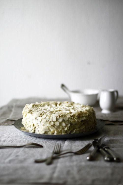 Raspberry and Hazelnut Sponge Cake//