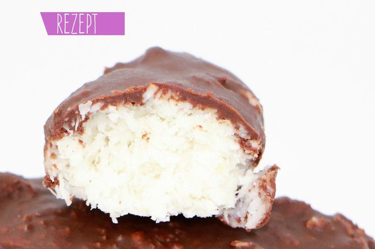 Ich liebe Kokos und Schokolade. Da Industrieprodukte viel Zucker enthalten, zeige ich heute, wie man Kokosriegel selber machen kann. Sie schmecken super!