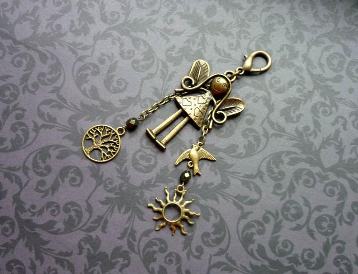 Andělka strážná na kabelku č.58 Přívěsek (ozdoba) na kabelku, batoh, klíče... Celková délka cca 11,5 cm. Dárkově baleno. Všechny přívěsky jsou kovové, bez obsahu niklu a olova. Na vaše přání mohu andělku upravit jako náhrdelník (délku řetízku pište do objednávky). Tak jako mnohé slečny a paní, i andělka vypadá ve skutečnosti ještě o něco lépe než na ...