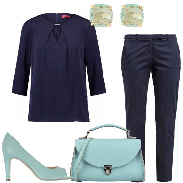 Outfit chic, adatto per tutti i giorni e anche per il lavoro. Pantaloni a sigaretta di cotone elasticizzato, blusa di seta, entrambi blu, décolleté open toe e postina in pelle turchesi, orecchini in metallo dorato.