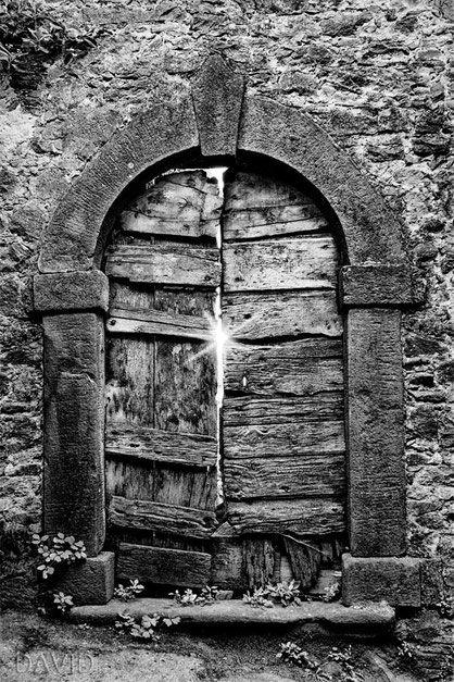 Malerische Tür-annei in der Toscana (Tür rustikal  verwittert Bretter Toskana Schwarz-Weiß door black-and-white photograph rustic weathered )
