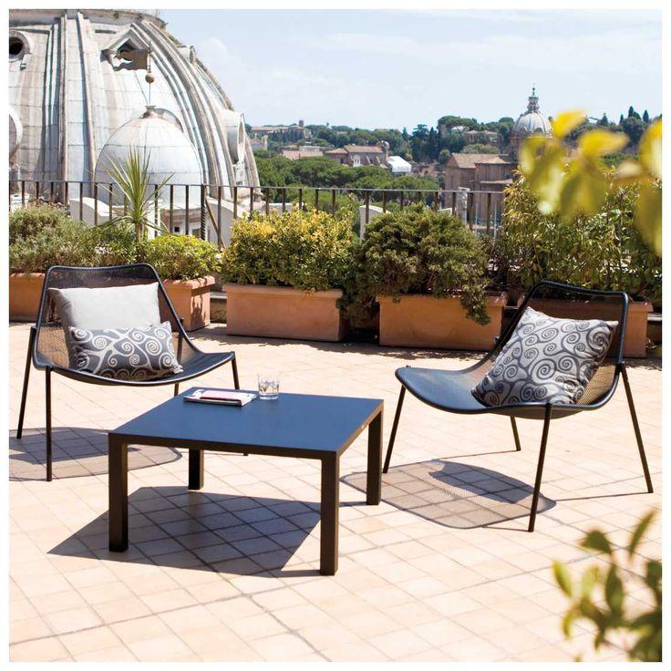 De #Emu #Round #Loungestoel, ontworpen door Christophe Pillet, is onderdeel van een collectie #tuinmeubelen waarbij tijdens het ontwerp goed is gekeken naar de omgeving waarin deze stoel te gebruiken is. Het is een prachtige collectie geworden die daadwerkelijk opgaat in zijn omgeving! De zachte lijnen en ronde vormen maken de loungestoel tot een natuurlijk element dat ook nog eens het nodige comfort biedt.