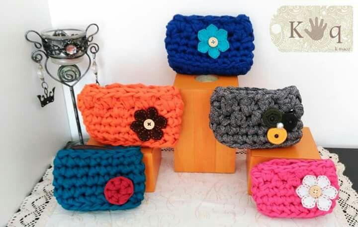 Monederos de trapillo de varios modelos, con detalle de flor de fieltro y trapillo.