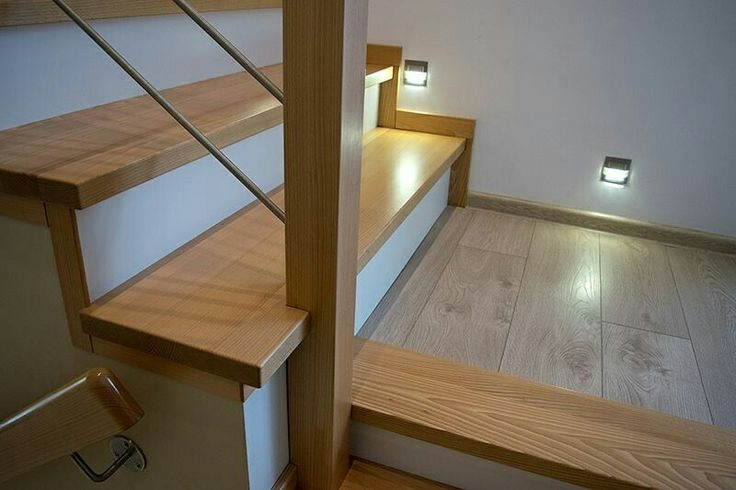 Gdy wybierasz oświetlenie schodów Światło powinno być skierowane na stopnie. W niektórych aranżacjach zdarza się, że strumień światła skierowany jest w oczy, a same schody są dalej słabo doświetlone. Pomyśl o przełączniku schodowym. Dzięki temu światło można włączyć na dole, a wyłączyć na górze - i odwrotnie. Wybierz nielśniące oprawki oświetlenia. W innym wypadku będą oślepiać osobę, wchodzącą po schodach. Oświetlenie schodów powinno być delikatne #schodymika #oświetlenie