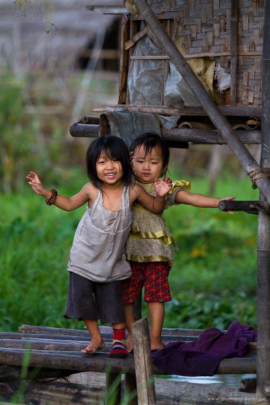 . . . niñas Birmanos en El Lago Inle !!! (esto es Tan Triste, lo Bueno es que ellas no parecen notarlo ... hasta ahora)