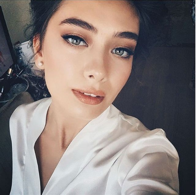 Neslihan Atagül Doğulu. Turkish actress. Flawless, dewy skin. Great eyebrows. Eye makeup.