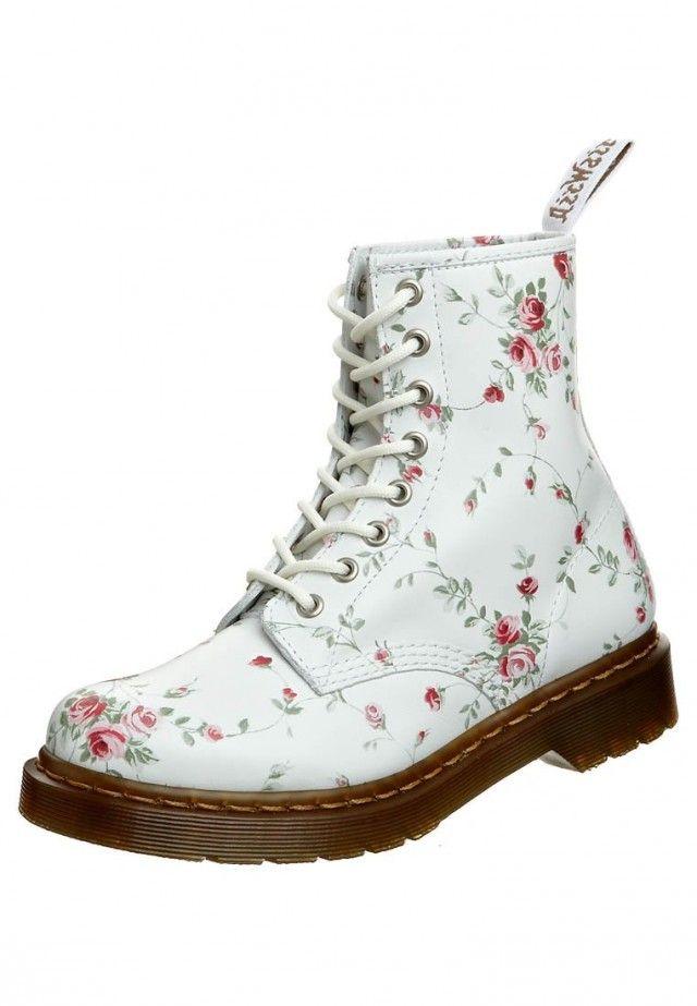 Motebloggen » Gå våren i møte med blomster, blonder og bohem. Mote, trender, fashion, white, trends, boho, flowerpower, skoletter med blomster, shoes