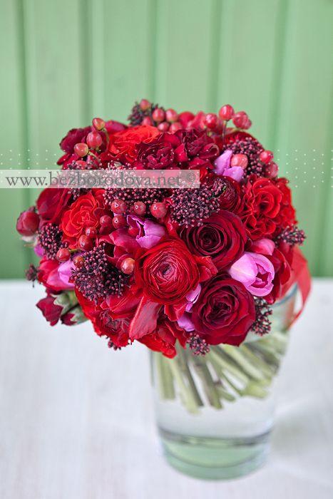 Красный свадебный букет с тюльпанами и ягодами
