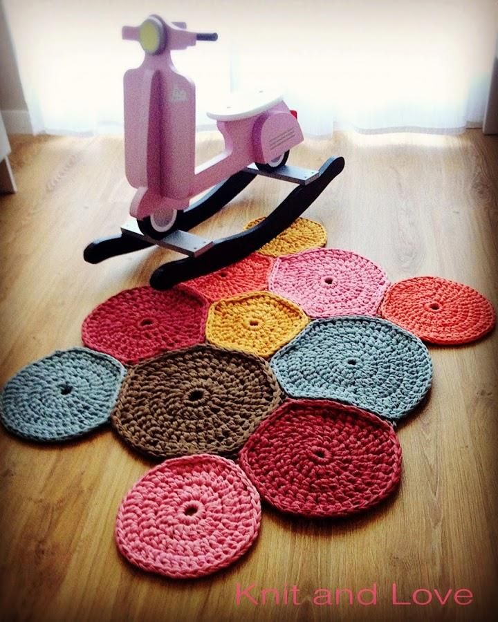 Aprende a elaborar tu propia alfombra a crochet de trapillo a base de círculos. ¡Queda genial!