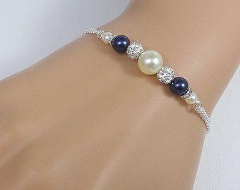 Las damas de honor Swarovski blanco perla pulsera, regalo de la Dama de honor  PERLA tallas: 8mm y 6mm  OTRAS PULSERAS DE DAMA DE HONOR EN LA TIENDA: https://www.etsy.com/shop/alexandreasjewels?section_id=12486946&ref=shopsection_leftnav_4  DISPONIBLE MÁS COLORES o COMBINACIONES de COLOR: Por favor ver carta de color y tenga en cuenta Preferencias en el cuadro de notas opcional al vendedor a la salida  OPCIONES DE ACABADO: Ajuste plateado Ajuste de chapado en oro : Plata todos los…
