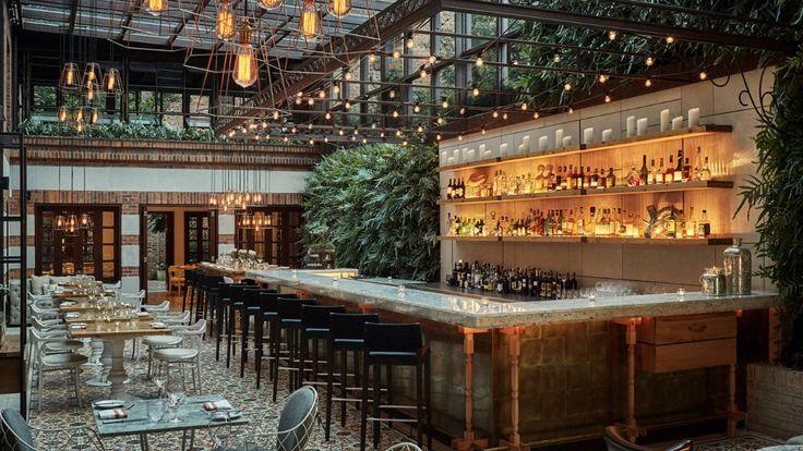 Los restaurantes de la Casa Medina del Hotel Four Seaons de Bogotá, ofrecen la más fina comida española y tapas calientes, en una atmósfera muy grata.