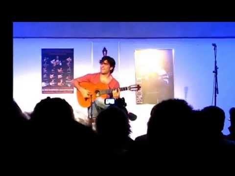 Joven Artista Malagueña Toca Su Guitarra Con Mucho Passion Estepona 2014