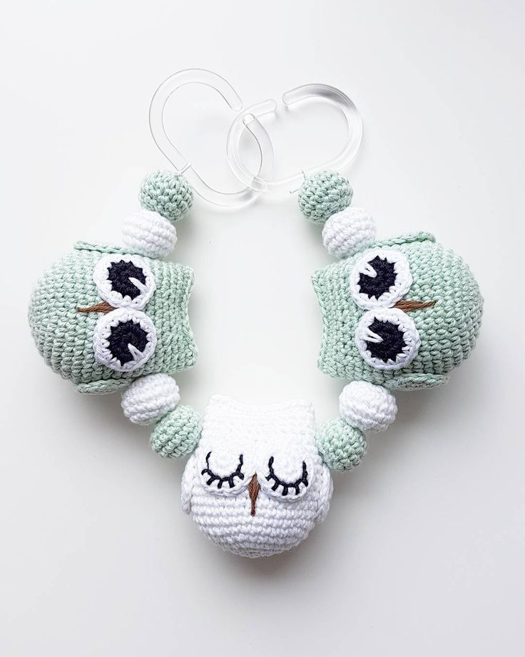 Ugglemobil. 🐧🐧🐧 #virka #crochet #virkat #crocheting #virkar #crochetersofinstagram #crochetersanonymous #färgglatt #color #colors #garn #yarn #barnmobil #barn #virkattillbaby #virkattillbarn #uggla #ugglor #owl #owls #ugglemobil #owlstagram_feature #barnvagnsmobil #vagnmobil #polarnopyret #panduro #pandurohobby #strollerpendant #strollerchain #pramchain