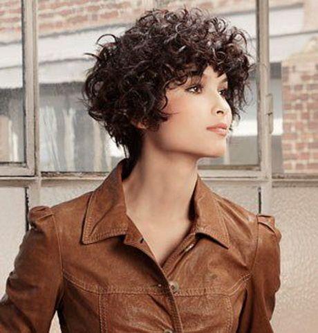 Cheveux courts frisés femme