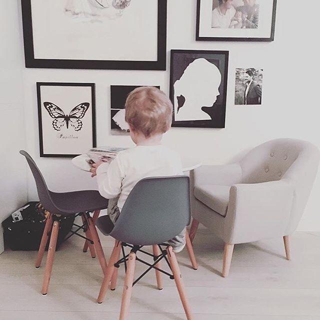 Jollyinspo!  Fina @prinsessansdagbok inspirerar oss med denna hemtrevliga bild! Fåtölj från Kids Concept (artikel 564672) samt bord (artikel 900936) och stolar (artikel 901185)från Alice & Fox. Bjud över de små på eftermiddagsfika! Samtliga produkter finner ni på jollyroom.se, länk finns i profilen.  #jollyroom #jollyinspo #kidsconcept #aliceandfox #barnrum #fika