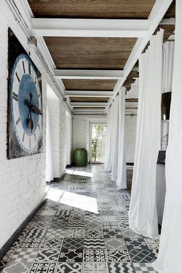 Un couloir en patchwork de carrelage dans les tons de gris - Carrelage : osez les carreaux créatifs et colorés - CôtéMaison.fr