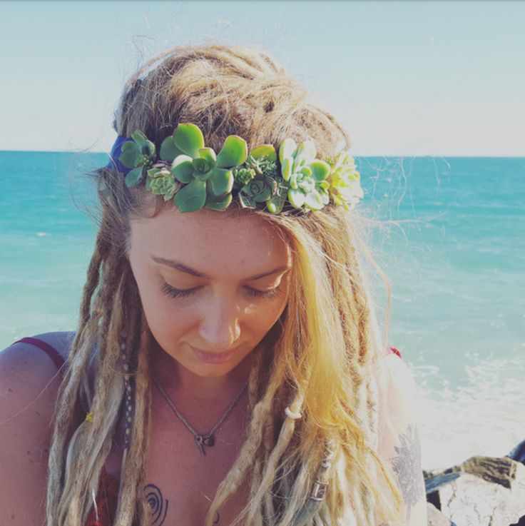 Living Succulent Crown $55.00 – $75.00  The perfect hens nigh and  bridesmaid gift, event statement piece, festivals, weddings and events.  Your living succulent crown can be worn for 3 to 5 days. You will notice your succulents will start to grow off the ribbon base and plant.