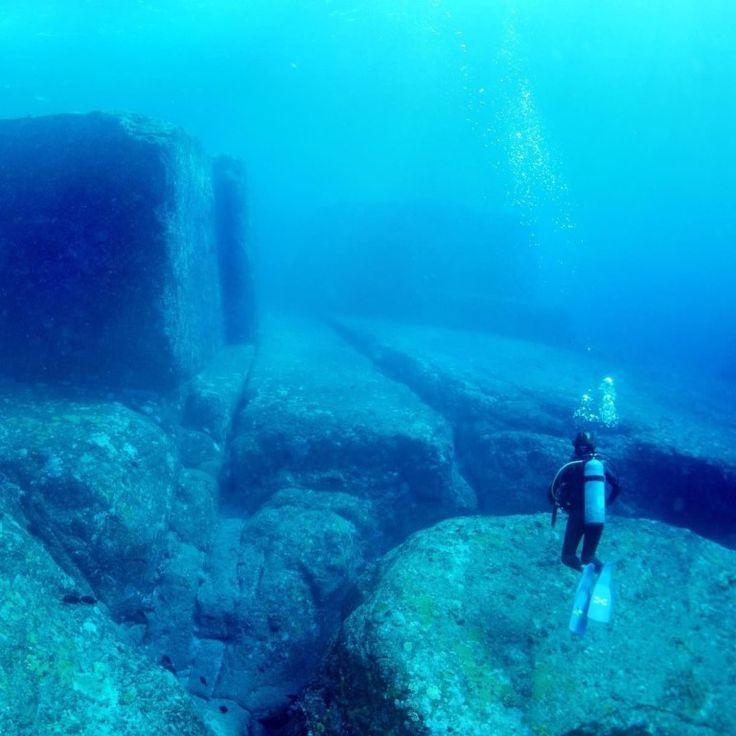 Йонагуни  В 1987 году группа водолазов, которые наблюдали за акулами, наткнулись на удивительное место. Недалеко от берегов островов Рьюку водолазы нашли подводное формирование, возникновение которого до сих пор считается загадкой.  Огромные платформы и массивные каменные столбы будто высечены из подводных горных формирований. Многие считают, что монументы возникли благодаря довольно опасному течению, будто природа создала их своими руками.