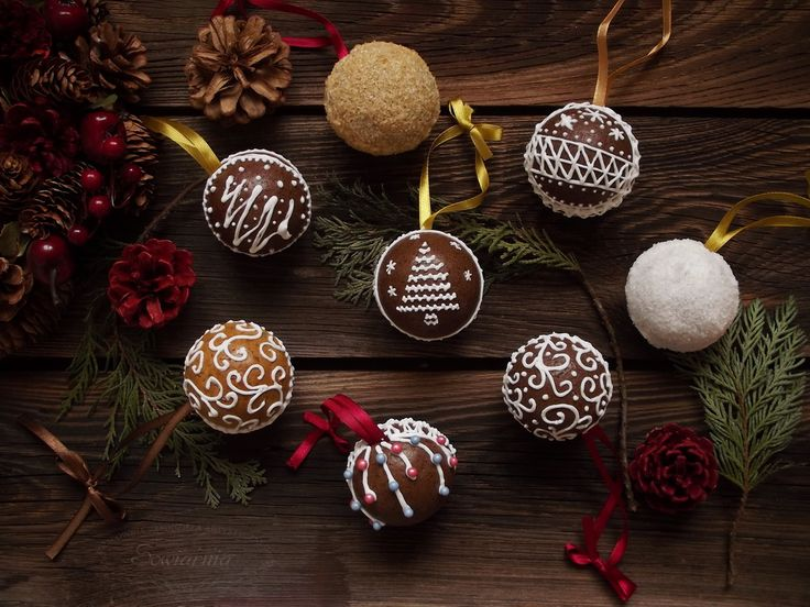 Gingerbread baubles with royal icing / Piernikowe bombki
