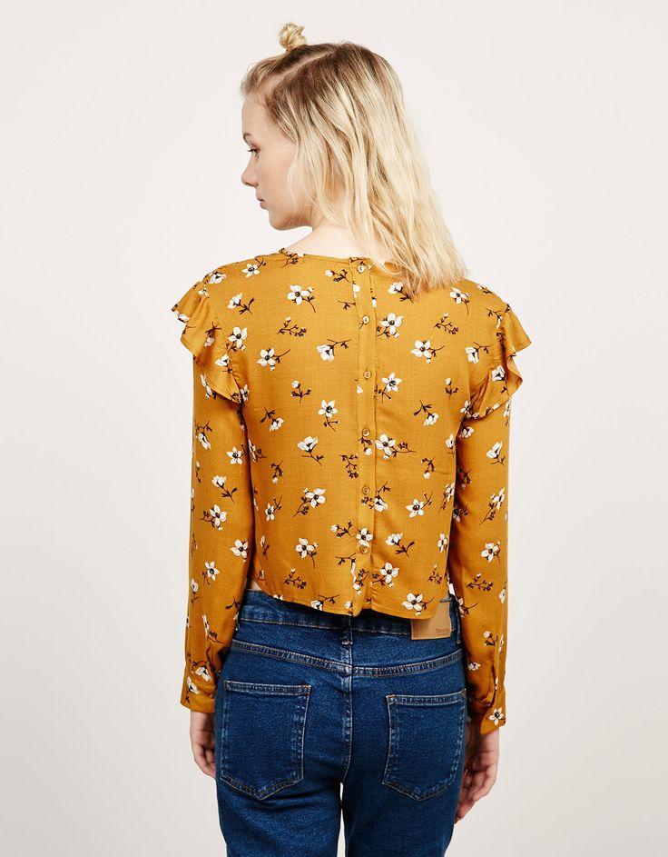 Blusa volantes y botones en espalda. Descubre ésta y muchas otras prendas en Bershka con nuevos productos cada semana