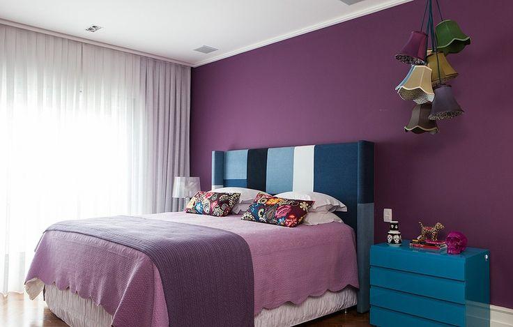 Assinado pela arquiteta Andrea Murao, o projeto deste apê de 220 m² é uma ode à mulher contemporânea: menos mocinha e mais rock'n'roll. No quarto, a cabeceira foi feita sob medida e estofada com patchwork de diferentes tons de jeans e branco