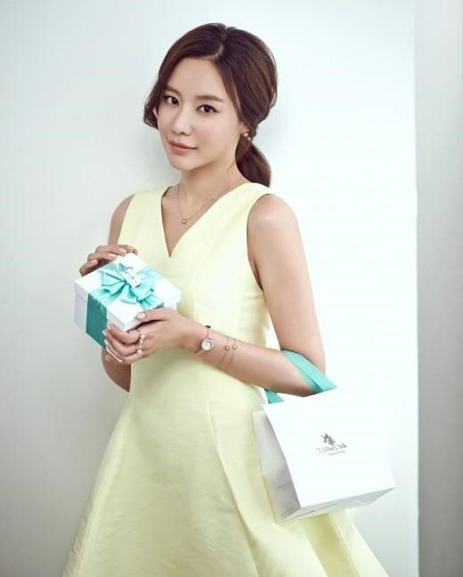 Kim Ah Joong personally gifts single mothers with watches | allkpop.com