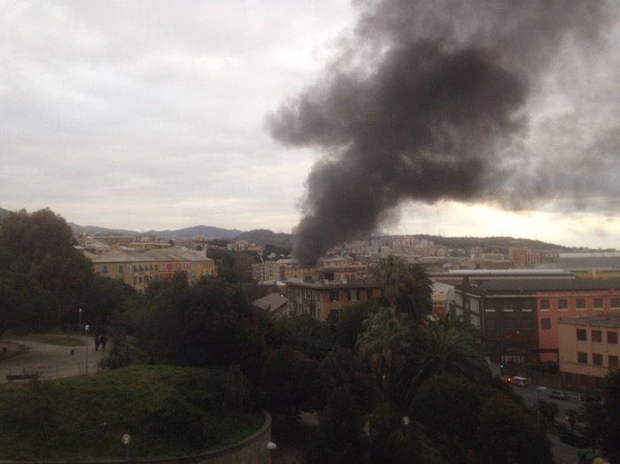 Un denso fumo nero si alza da una casa della zona di piazza Clavarino, via Vado. Sorgente: Appartamento in fiamme a Sestri, denso fumo nero. Stanno intervenendo i vigili del fuoco