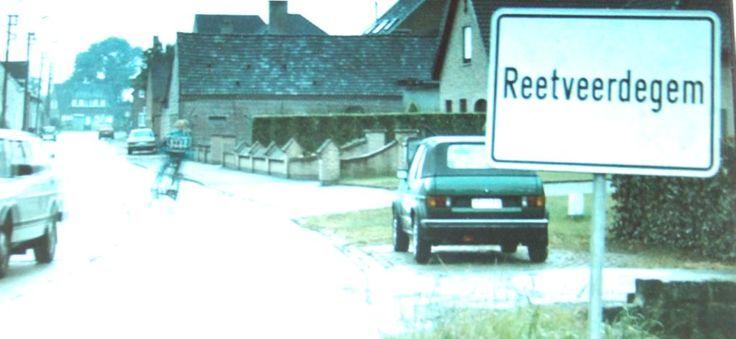 het boek speelt zich af in een Vlaamse dorpje reetveerdegem.