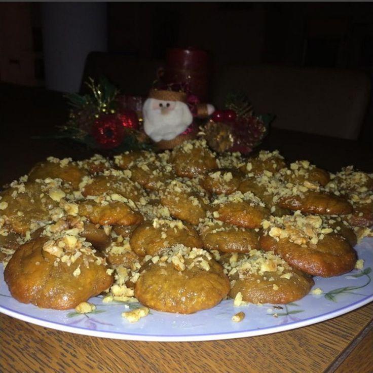 Φτιάξτε σήμερα τα πιο νόστιμα μελομακάρονα! Γιατί γιορτές χωρίς μελοκάρονα δεν γίνονται!   Η συνταγή για τα παραδοσιακά μελομακάρονα χρειάζεται μόλις μια ώρα για να εκτελεστεί ενώ συνδυάζεται άψογα με ανόθευτο μέλι Αγίου Όρους.
