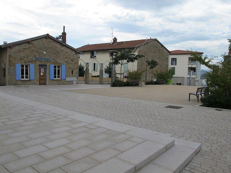 Lauréat Prix spécial Espaces publics & Paysage, Rhône 2014. La place Décurel est l'espace public central de la commune de Limonest ; située en position de belvédère, elle jouxte en perpendiculaire la rue principale, l'avenue Général De Gaulle, et fait face à la mairie et au pôle administratif. Elle est marquée par la forte présence …