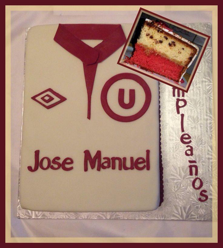 """Torta de la """"U"""", Universitario de deportes. Cake de colores en sabor vainilla y vainilla con chips de chocolate."""