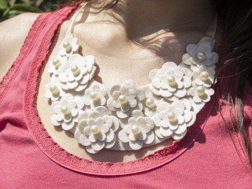 Gosta de ficar na moda? Você já tem um maxi colar feito de feltro? Não? O que você está esperando pa