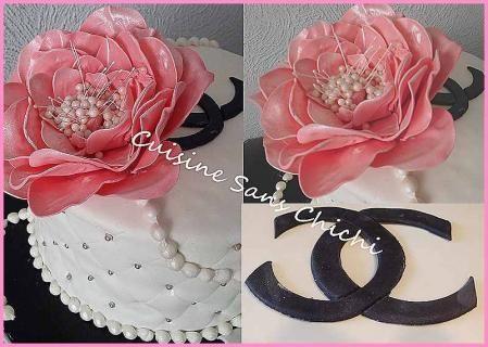 Gâteau Chanel  La rose et la décoration, est réalisée à la main sans moule en pâte à sucre.