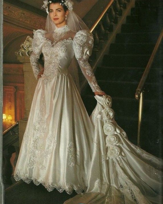 Fabulous Lace Appliques Satin Vintage Wedding Dresses With Royal Train Long Sleeve s Bridal Gowns