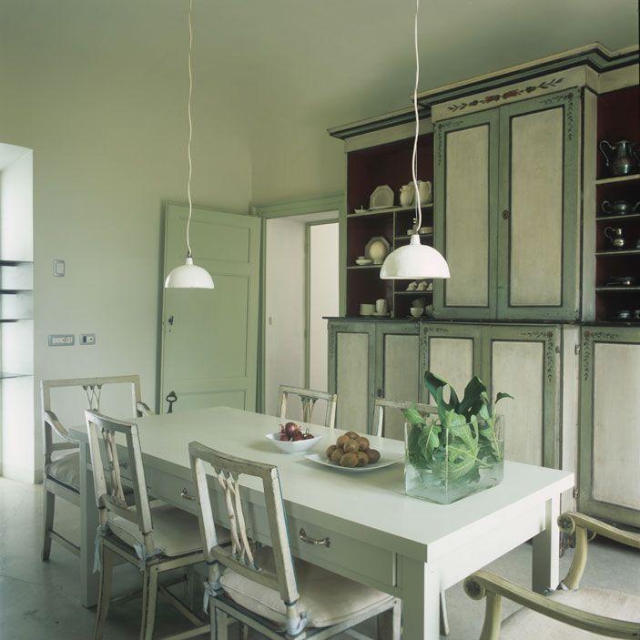 casa Piacenza Marina Sinibaldi Benatti 05: Un verde ispirato. Ereditata da un ramo lombardo della famiglia, la credenza a parete della sala da pranzo risale al Settecento