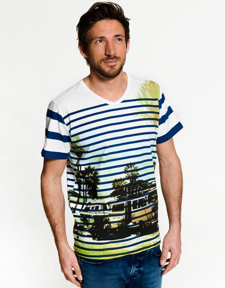 Met dit heren T-shirt van Twinlife heb jij altijd een streepje voor. Geniet van het zomerse weer in een trendy en kleurrijk shirt. Het is een aangesloten model en heeft een all-over streepprint. Van de fotoprint onder de strepen krijg je de zomer in je bol.  Samen met het superfijne katoen draagt hij heerlijk. Ideaal voor op een leuke denim short.