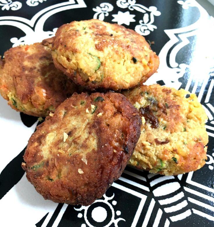 Kikærter er et genialt grundstof i køkkenet, og de kan købes tørrede og på dåse til de travle. Jeg foretrækker absolut de tørrede, som jeg sætter i blød om morgenen, så de er klar til kogning om aftenen. Smagen og konsistensen er så meget bedre end dem på dåse, men de kan bruges i en snæver vending, men skyl dem…