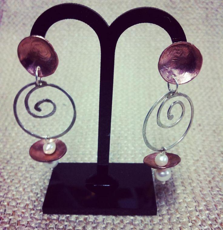 Vertigo - spirali in argento, coppette in rame e perle di fiume  #wadada #jewelry #jewellery #bijoux #gioielli #handmade #madeinitaly #fattoamano #instafashion #instastyles #love #instadaily #instagood #follow #instamood #picoftheday #igers #cute #instalove  #accessories  #rame #argento #orecchini #spirale #copper #silver #earrings #vertigo #pearl