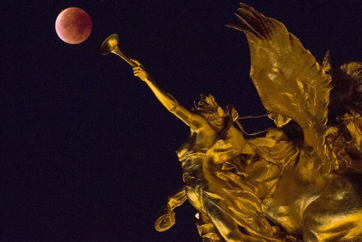 Pendant l'éclipse, vue depuis le pont Alexandre III, à Paris. Crédits : PHILIPPE WOJAZER / REUTERS En savoir plus sur http://www.lemonde.fr/cosmos/portfolio/2015/09/28/la-plus-grosse-pleine-lune-de-l-annee-et-son-eclipse-en-images_