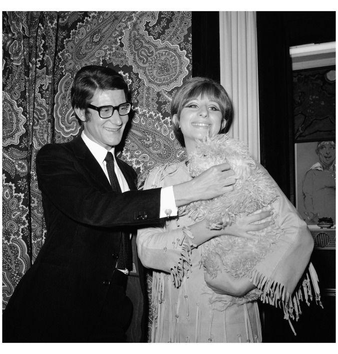 """Dopo lo spettacolo """"Funny Girl"""" a Parigi, Barbara Streisand riceve l'amico Yves Saint Laurent, grande appassionato di teatro per cui realizza i costumi di molte pièce teatrali. Barbra Streisand, Sadie & Yves Saint Laurent, 1965 (APphoto)"""