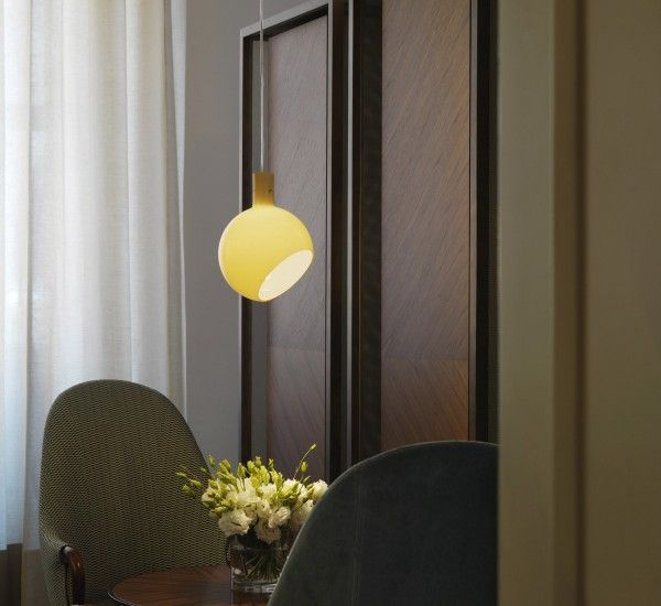 Parola is a suspension lamp by Gae Aulenti and Piero Castiglioni for FontanaArte. Lightness in its purest form.