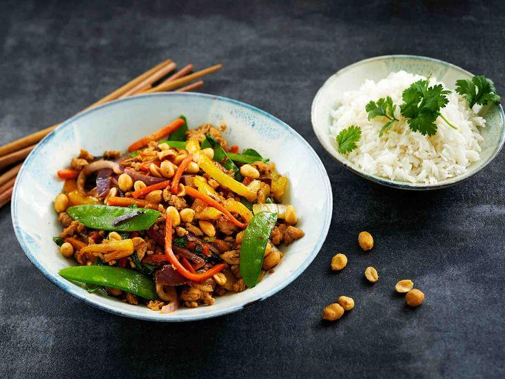 Nopea vokki valmistuu noin viidessä minuutissa, kun käytät jauhelihaa ja käyttövalmista tuoretta kasvissekoitusta. Tarjoa vokki riisin kanssa.