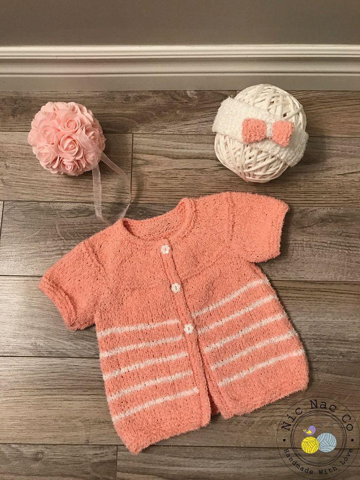 Pour bébé ..... Cardigan rayé rose et blanc et son bandeau, manches courtes, boutons fleurs, tricoté main, coton, 12 mois de la boutique NicNacCo sur Etsy