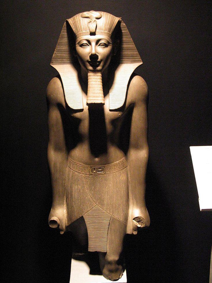 Statue de Thoutmôsis III, cinquième pharaon de la XVIIIe dynastie, qui régna approximativement de 1504 à 1450 avant notre ère. Il est le fils de Thoutmôsis II et d'Iset. À son avènement, il est encore un jeune enfant, et la régence est exercée par sa belle-mère Hatchepsout qui se proclame pharaon. Pendant une vingtaine d'années, Thoutmôsis III est tenu à l'écart. Après la disparition d'Hatchepsout, il obtient enfin la pleine souveraineté et dirige l'Égypte jusqu'à sa mort - Musée de Louxor.
