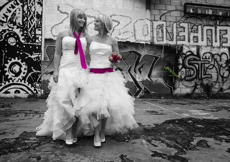 Allebei in een trouwjurk, met roze accenten