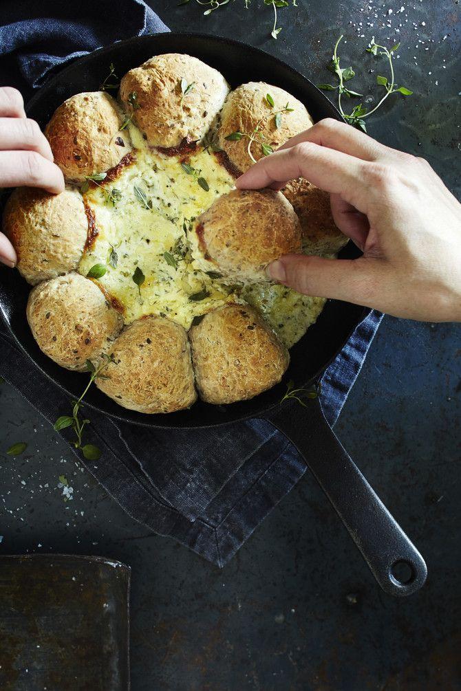 Tässäpä oiva suolainen herkku illanistujaisiin mökeille ja terasseille! Valmista rouheat pannusämpylät ja yrttinen juustodippi suoraan valurautapannussa. N
