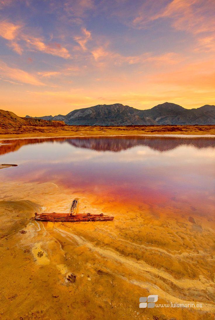 Minas de hierro de Mazarrón, Murcia (España), después de las lluvias, el color rojo del agua es por la gran cantidad de mineral de hierro que contiene los estériles.